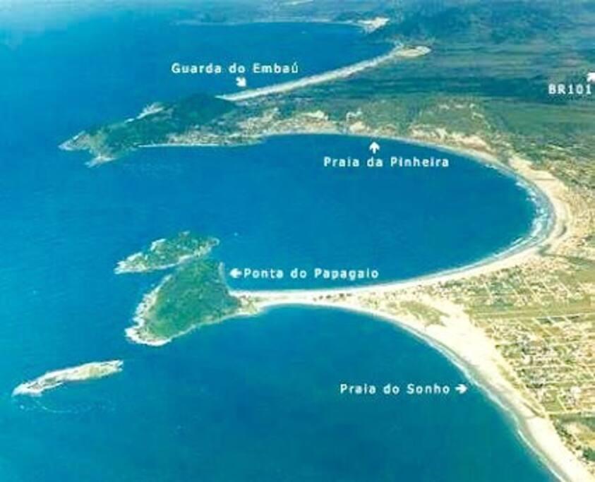 Praia da Pinheira está entre a Praia do Sonho, Ponta do Papagaio e Guarda do Embaú. Tudo pertinho para conhecer e curtir.