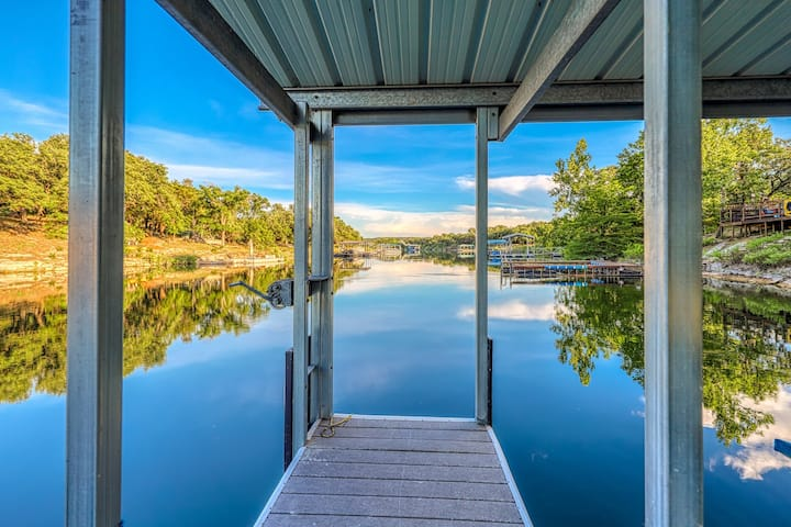 Lakefront home w/boat dock, private large deck & balcony - close to Austin!