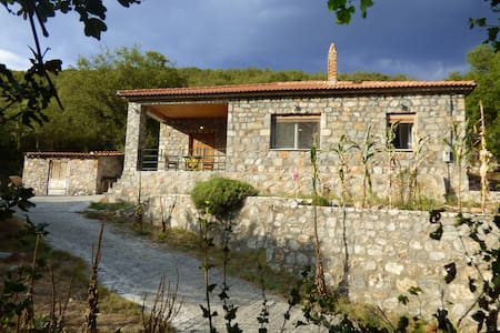 Stone house in traditional village - Poliani - Ev