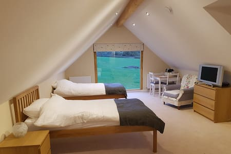 Spacious private ensuite, superb views near Oxford