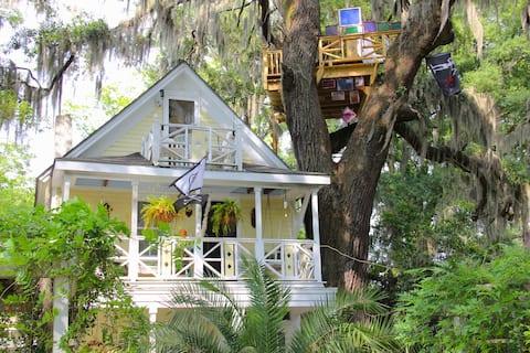 Diamond Oaks Treehouse Parlor Room