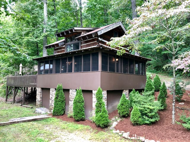 Beautiful Antique Log Cabin minutes from Asheville