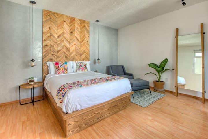 Acogedora habitación con escritorio y reposet