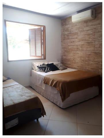 Quarto triplo: Uma cama de casal e uma cama de solteiro. (O ar condiciona esta fora de funcionamento no momento)