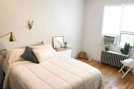 Cozy & bright room - 3 stops away from Manhattan !