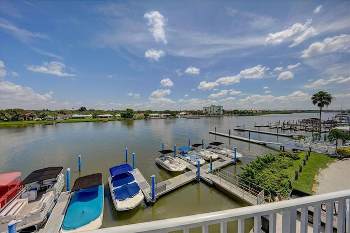 Caddy's #5 Beautiful modern apartment located on the Waterfront  Indian shores