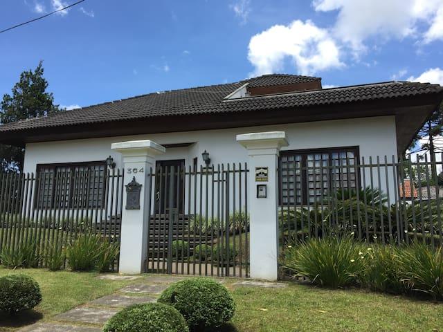 Casa aconchegante com lareira - Curitiba - House
