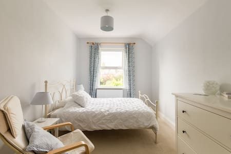 Big double room in Edwardian home near city centre
