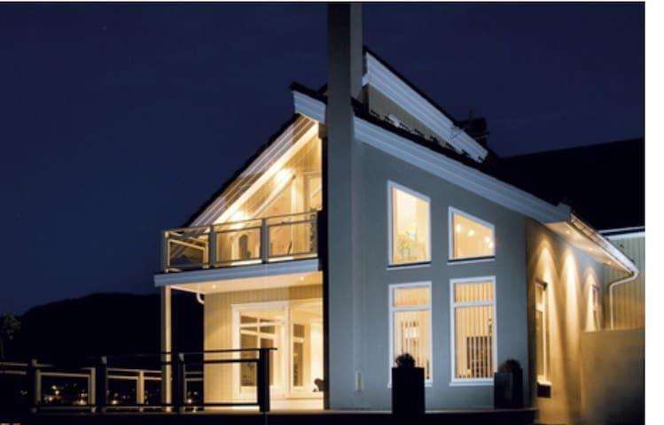 Flott hus ved sjøen. Jacuzzi, barnevennlig.