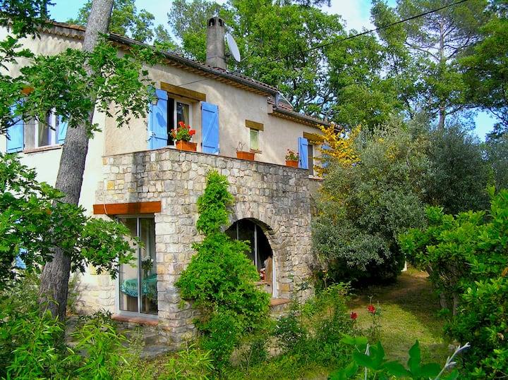 Ruime woning op domein 1,4 ha dichtbij Côte d'Azur