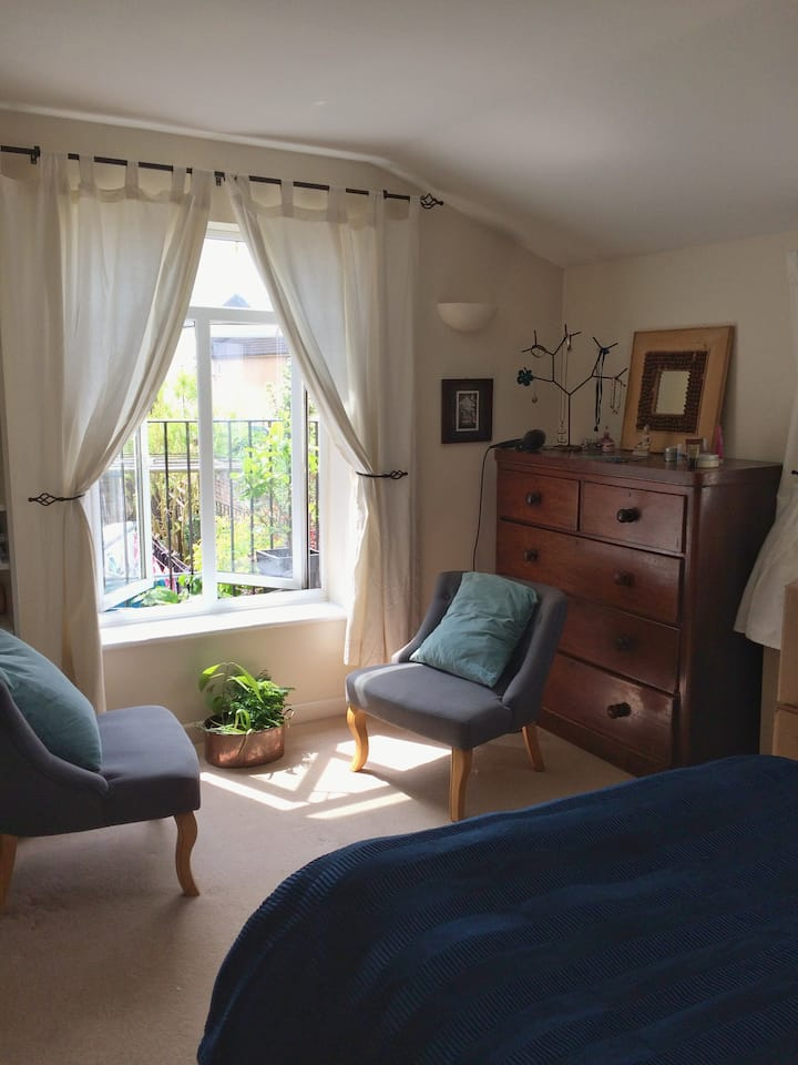 A spacious airy room in town centre location
