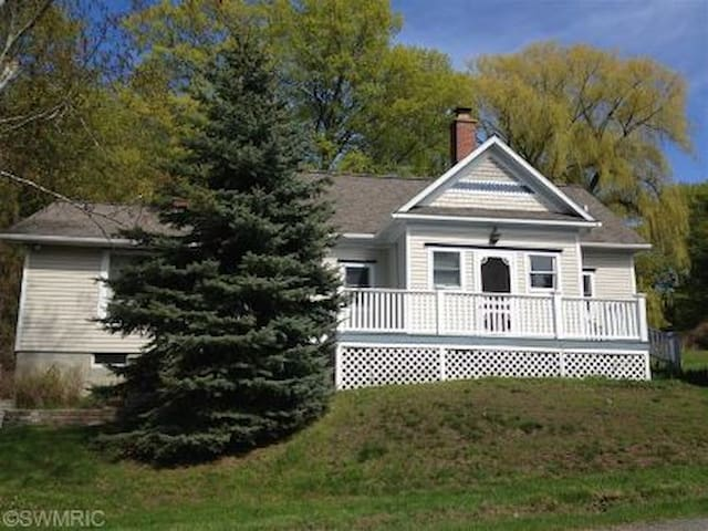 Remodeled School House Near Lake Michigan Sleeps 8 - Bear Lake - Hus