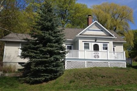 Remodeled School House Near Lake Michigan Sleeps 8 - Bear Lake