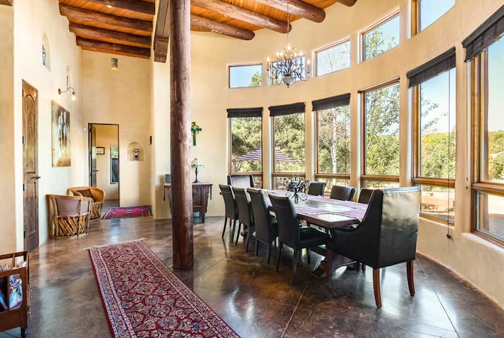 Relaxed Santa Fe Getaway in Spacious Luxury
