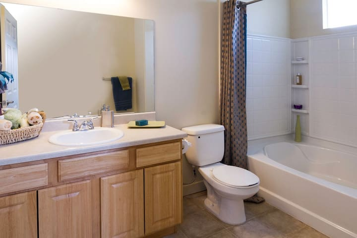 private room/private  bathroom / student only - South Jordan - Apartment