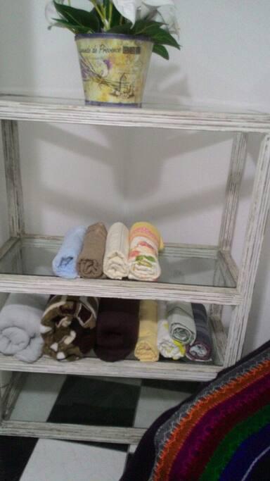 Toalhas e roupa de cama extra disponíveis no quarto.