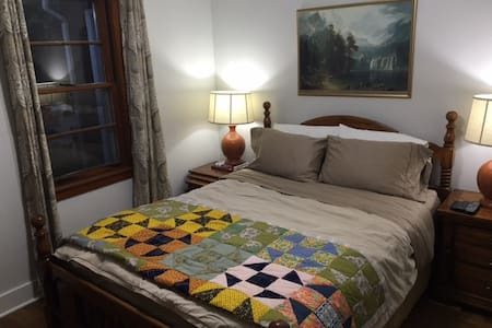 Private Downtown Guest Suite with Gated Parking - Athén