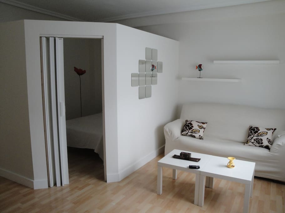 Sala de estar y acceso a dormitorio / Living room and bedroom entrance