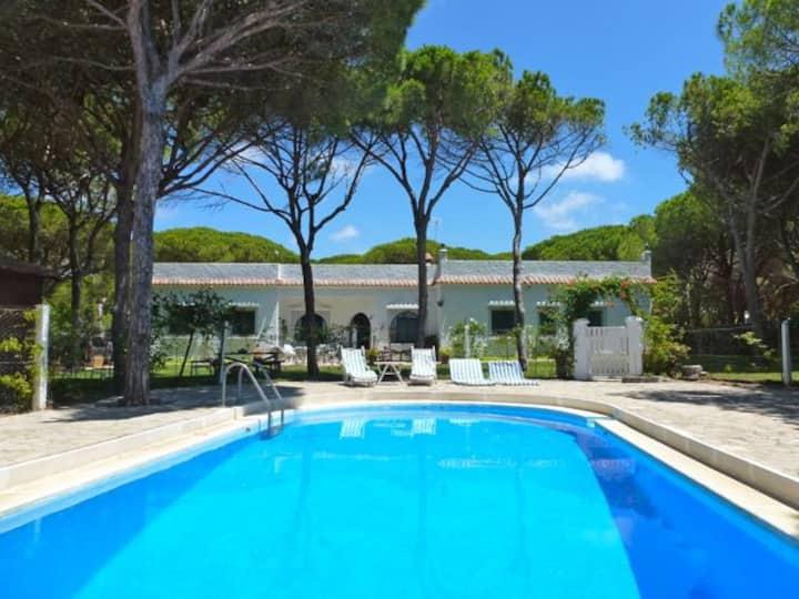 Villa: immense jardin et piscine près de la plage