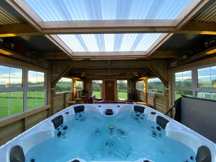 Sleeps 12/ Hot Tub / Cinema/Dogs welcome