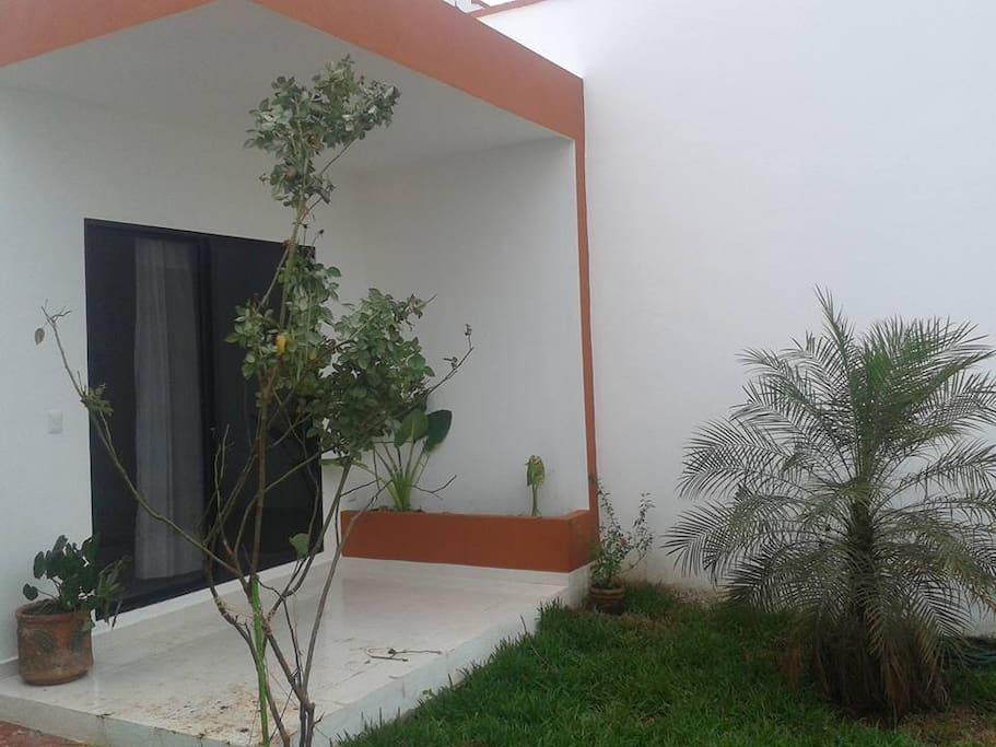 Jardin exterior con entrada independiente
