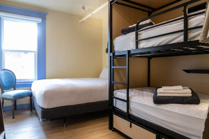 QBEDS Amazing location! Private Quadruple Room