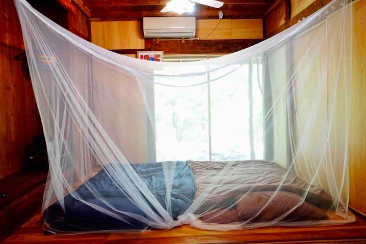 蚊帳の中で眠れます♪
