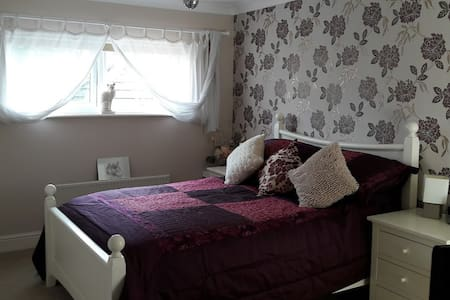 Large Double room with en-suite - Andover - Huis