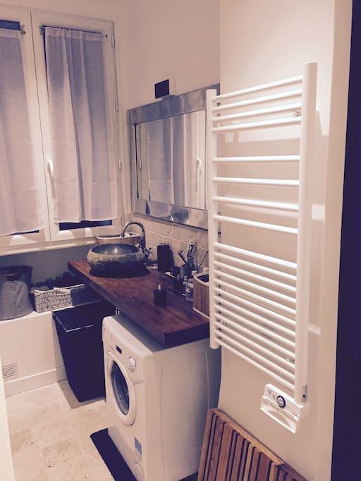 salle de bain avec Vasque, Radiateur et sèche serviettes, Machine à laver
