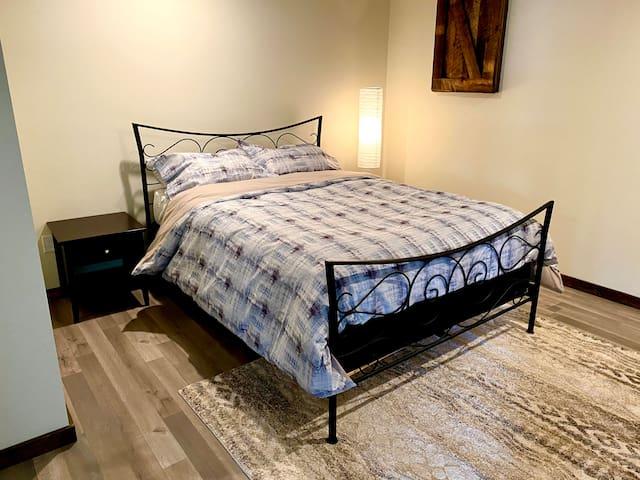 Bedroom 2 (queen bed)