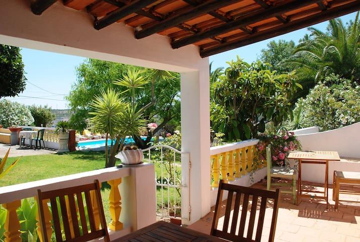 Charming Cottage 10 min Lagos - Yellow Cottage