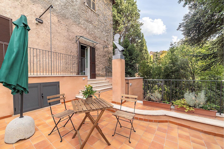 La terrazza privata affaccia su Villa d'Este - Private terrace overlooking Villa d'Este