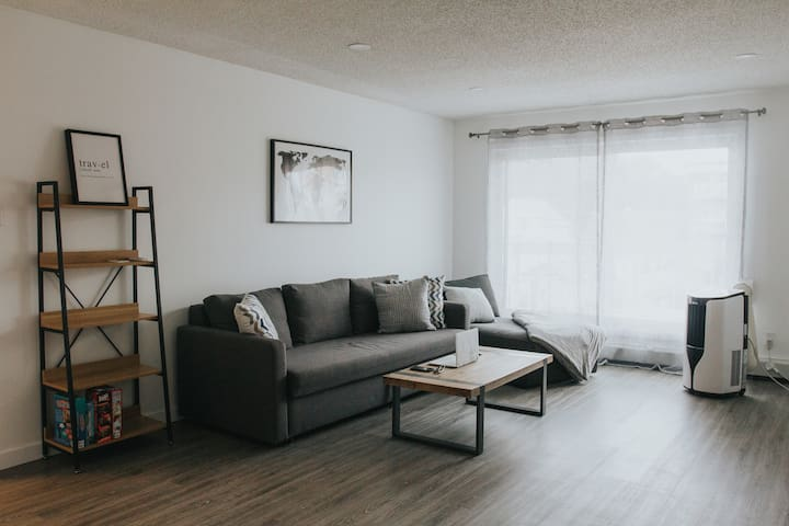 DT 1 Bdrm + Sofa | 3 Min to Rogers Place | Parking