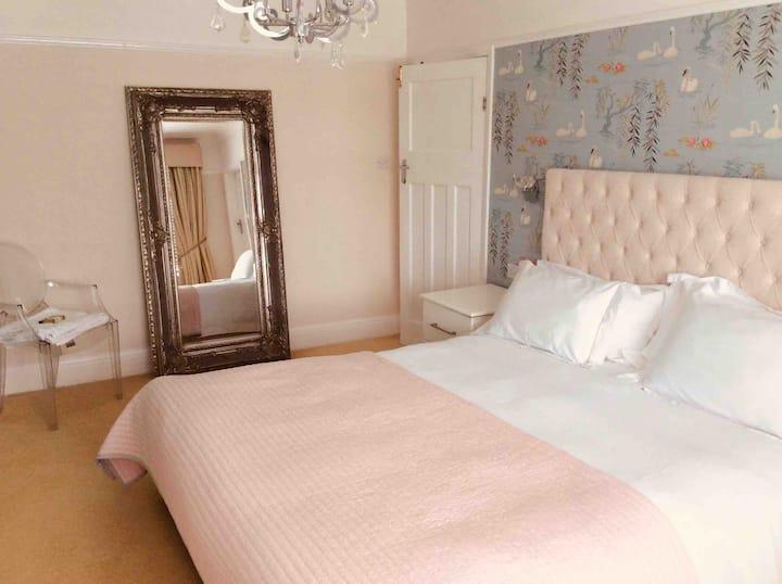 Birkdale Towers:The master en-suite room