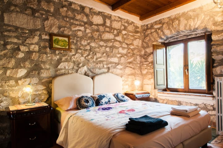 Double room Ginestra stone farmhouse in the woods