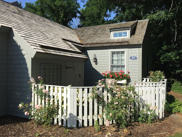 Quaint Cape Cod Cottage on a Private Beach! - 馬什皮(Mashpee) - 連棟房屋