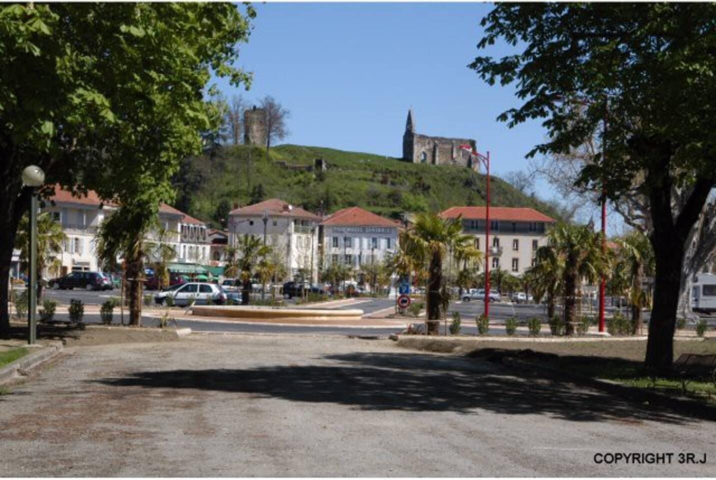 La place principale, le vieux Château et l'église qui surplombe.
