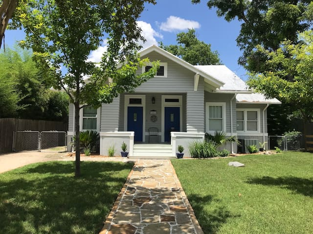 The Market Haus- 2bdr/1bth! Walk to the Comal!
