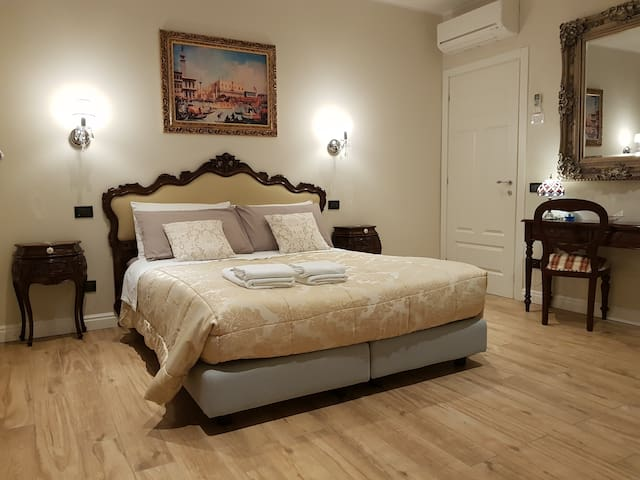 Dream of Venice, charm antique and comfort