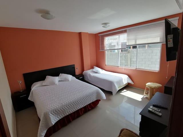 Cómoda habitación con una cama Queen y otra individual