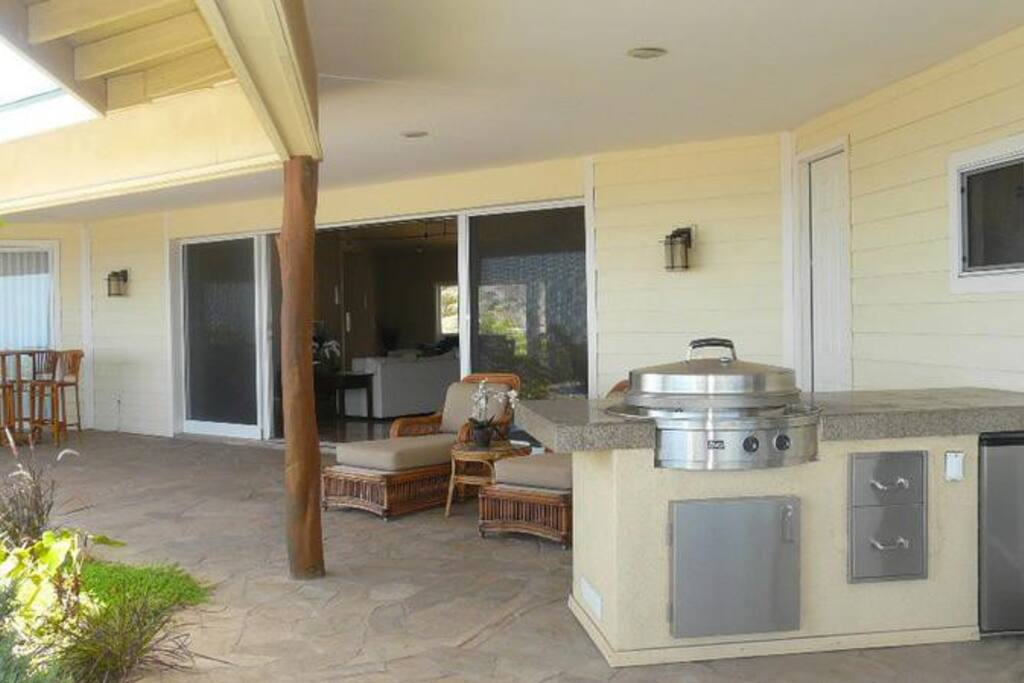 Covered Lanai with built in B