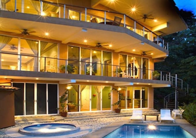 Luxury 4-Bedroom/4.5 Bath Villa in Manuel Antonio