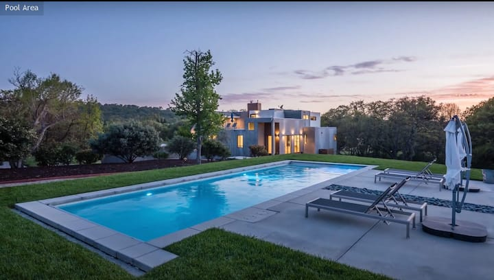 The Moderna- Luxury Home w/ Pool, Game Room, Bocce