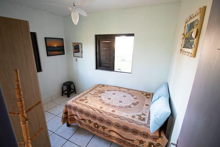 Quarto 2  Quarto completo com:  Cama de casal com 2 travasseiros Roupas de cama Lençol Cobertores  Ventilador de teto e de chão  1 roupeiro 6 portas
