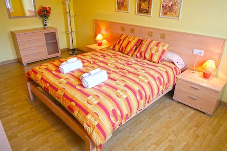 Bright colorful apartment, 100m to trainstation