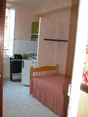 studio N° 6  avec un cabinet de toilette - Néris-les-Bains - Appartement