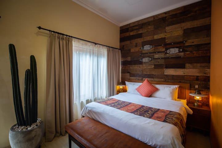Griya Asih- Big Pool View Room w/ Reclaimed wood