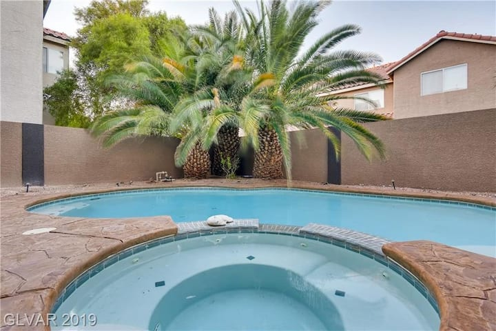 1mile from Strip 10min from Airport Large Home