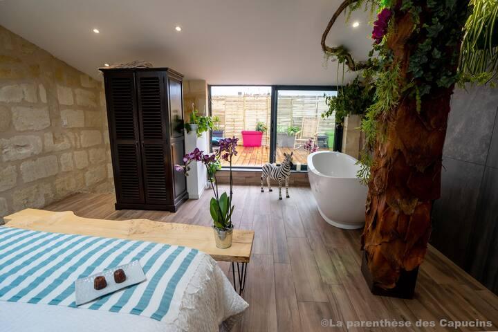 Vue de la chambre vers la terrasse privée
