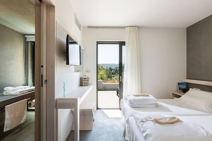 Bedroom with 2 single beds on the 1st floor, HDTV & en suite bathroom